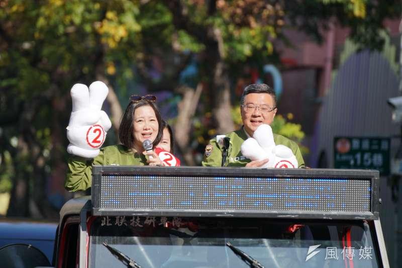 民進黨主席卓榮泰(右)6日陪同立委吳思瑤(左)於北投車隊掃街。(盧逸峰攝)