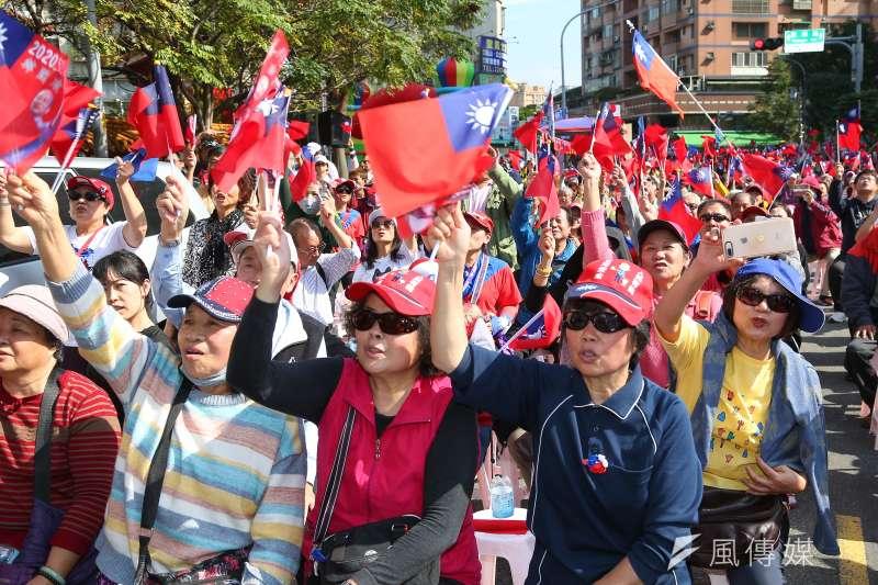 20200106-韓國瑜太太李佳芬6日為國民黨立委候選人邱烽堯站台打氣,現場民眾揮舞著國旗。(顏麟宇攝)