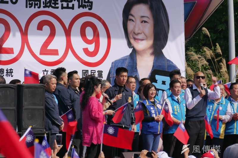 韓國瑜7日早上到基隆慶安宮、奠濟宮參拜,並在基隆廟口區引發一波小小騷動,稍後他也前往麥金路參加宋瑋莉的團結大會。(潘維庭攝)