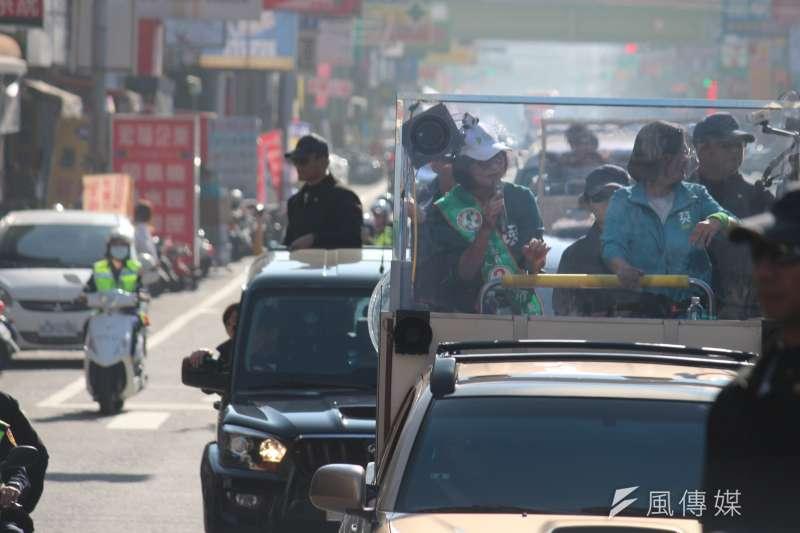 總統蔡英文(右)7日赴雲林陪同立委候選人蘇治芬(左)車隊掃街。(黃信維攝)