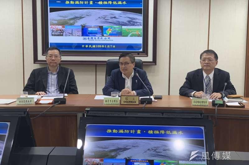 針對水價調整議題,台水董事長魏明谷(中)表示,去年台水盈餘至少1.55億,會先用盈餘穩定水價。(尹俞歡攝)