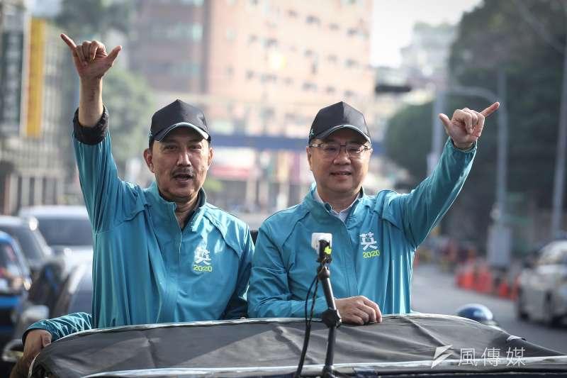 民進黨主席卓榮泰(右)與立委參選人余天(左)7日在三重車隊掃街拜票活動。(陳品佑攝)