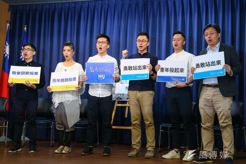 國民黨青年部主任蕭敬嚴(左三)、副主任詹為元(右三)7日召開「1月11日為自己而投」記者會。(顏麟宇攝)