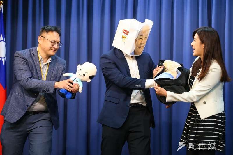 國民黨總統候選人韓國瑜競選辦公室7日召開「只有你想不到,沒有他們做不到!」記者會,並於現場上演行動劇。(顏麟宇攝)