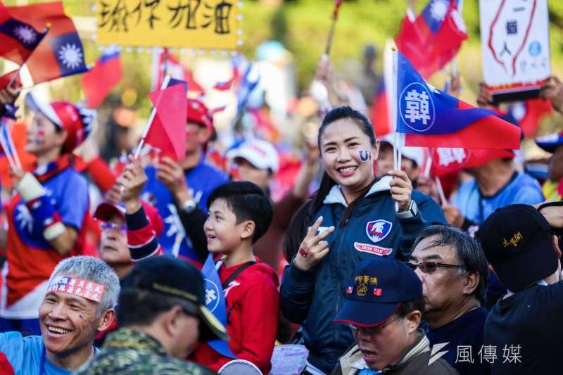 國民黨總統候選人韓國瑜9日舉辦「台灣安全,人民有錢,凱道勝利晚會」,許多民眾到場支持。(簡必丞)