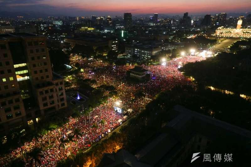 國民黨9日於凱道舉辦總統候選人韓國瑜造勢大會,在活動開始前,現場已宣布突破10萬人,在接近18時,現場更喊出已達到20萬人。(顏麟宇攝)