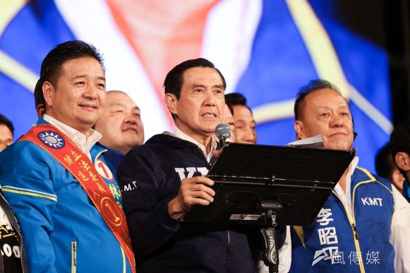 20200109-前總統馬英九(左二)9日出席國民黨總統候選人韓國瑜凱道造勢晚會。馬英九致詞時火力全開,提出4個「下架」總統蔡英文的理由。(簡必丞攝)