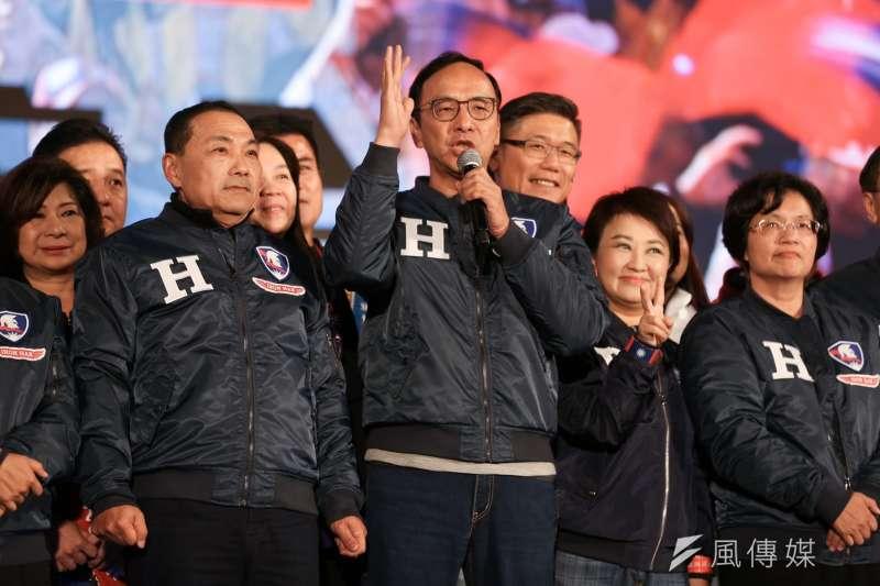 20200109-民黨總統候選人韓國瑜「台灣安全、人民有錢」晚會9日晚間在凱道前登場,圖為朱立倫與多位縣市長同台並致詞。(簡必丞攝)