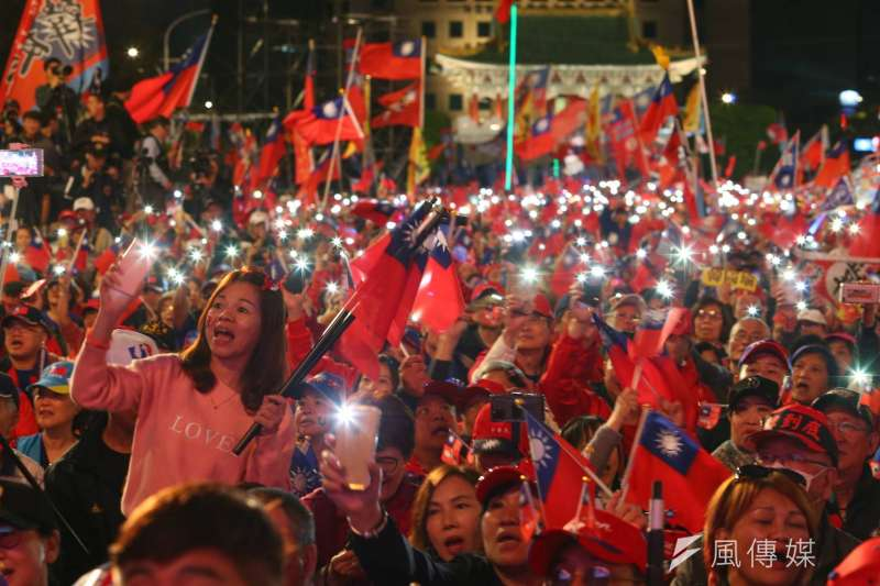20200109-民黨總統候選人韓國瑜「台灣安全、人民有錢」晚會9日傍晚於凱道前登場,現場支持者揮舞國旗。(顏麟宇攝)