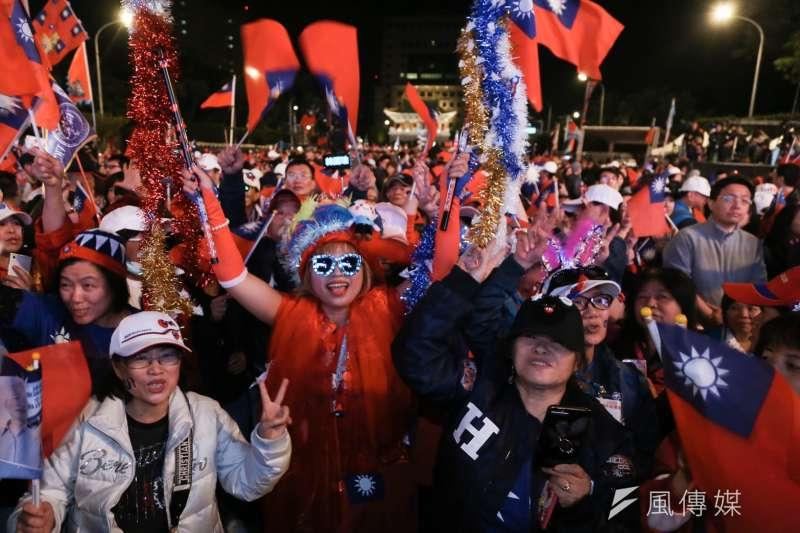 20200109-民黨總統候選人韓國瑜「台灣安全、人民有錢」晚會9日傍晚於凱道前登場,現場聚集大量支持者揮舞國旗。(簡必丞攝)