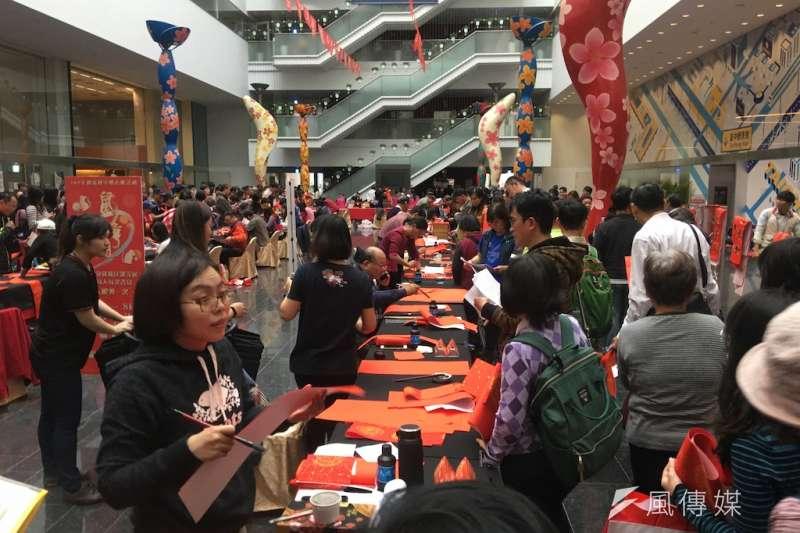 台中市政府舉辦「109年迎新揮毫贈春聯」迎接新年活動,超過150位書法名家為民眾客製寫春聯、畫年畫,吸引許多民眾前往領取。(圖/記者王秀禾攝)