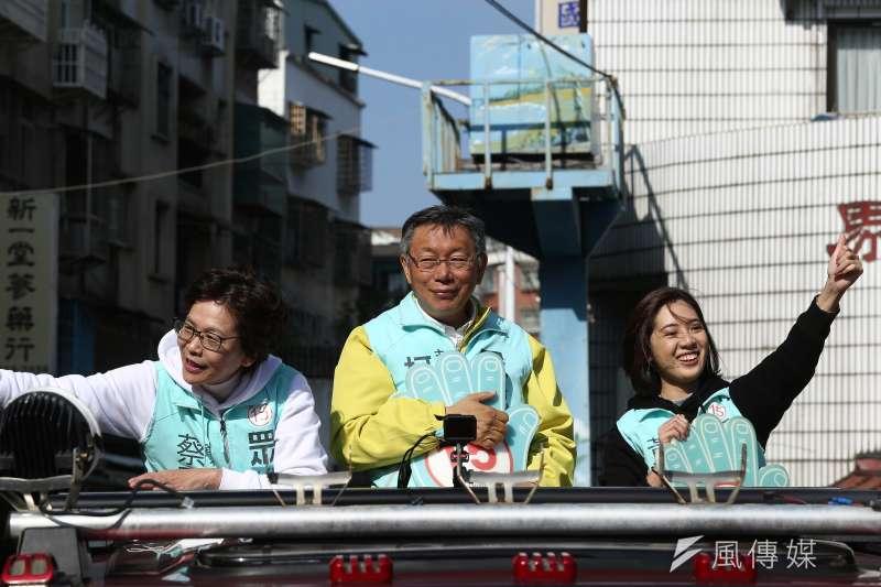 民眾黨主席柯文哲(中)9日到新北市新莊車隊掃街,不分區立委候選人蔡壁如(左)和學姐黃靜瀅(右)也同台。(陳品佑攝)
