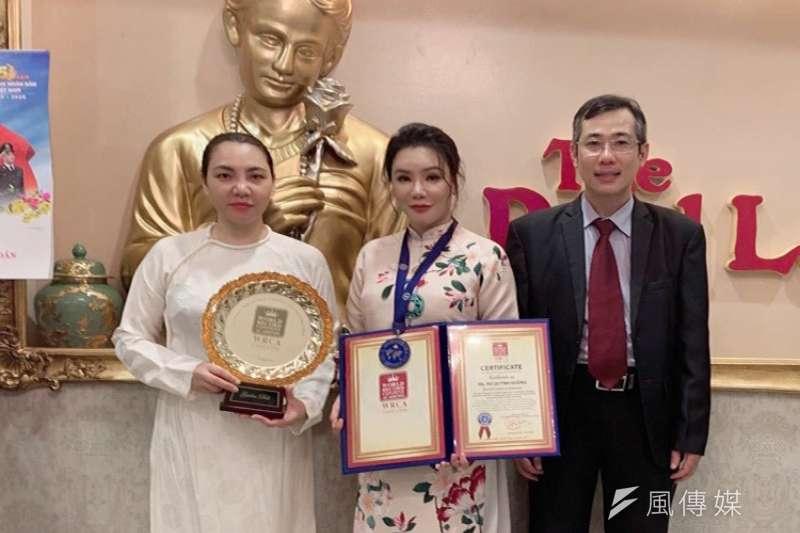 歌手胡瓊香與LOVING VEGAN 團隊喜提世界紀錄證書(徐炳文攝)