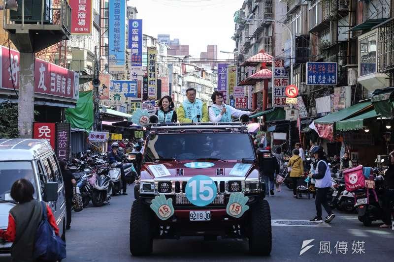 台灣民眾黨主席柯文哲去年12月28日啟動全台車隊掃街,昨天回到北部。圖為柯文哲偕民眾黨立委提名人蔡壁如與黃瀞瑩在新北市新莊車隊掃街。(陳品佑攝)