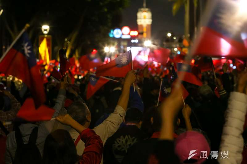 20200109-國民黨9日舉辦「台灣安全,人民有錢,凱道勝利晚會」,現場民眾熱情的揮舞著國旗。(顏麟宇攝)