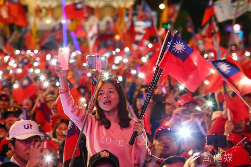 20200109-國民黨9日舉辦「台灣安全,人民有錢,凱道勝利晚會」,民眾熱情的揮舞著國旗,並以手機點亮會場。(顏麟宇攝)
