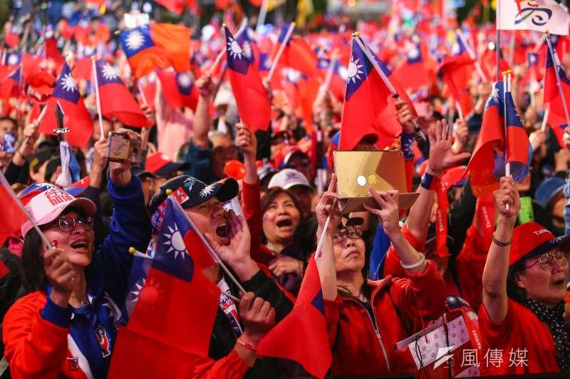 在全球化的時代,雙重國籍越來越普遍,也成為許多國家修法的趨勢。雙重國籍可以影響當事人對國家的效忠程度,但由於高端人才的流動性強,越來越多國家允許或默許公民持有他國護照。圖為民眾揮舞中華民國國旗。(資料照,顏麟宇攝)