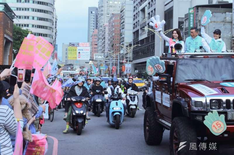 20200110-台灣民眾黨主席柯文哲(車上右二),在選前最後一天的下午,陪同三重區域立委候選人李旻蔚拜票。(方炳超攝)