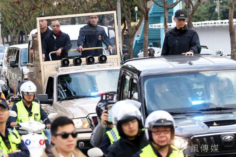 總統大選前一天,特勤中心執行長方正少將(後車右二)負責保護總統蔡英文在掃街時的安全。(蘇仲泓攝)