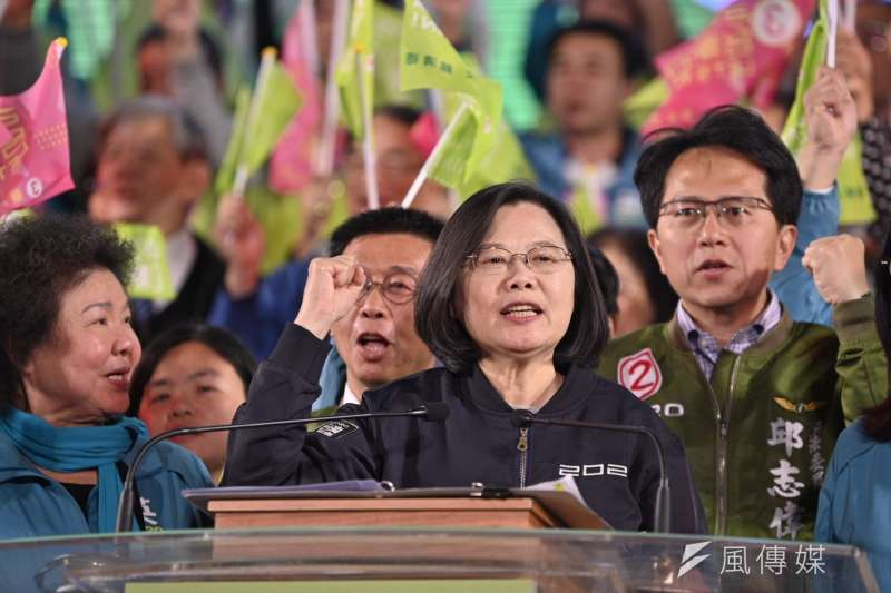 20200110-總統大選最後一夜,總統蔡英文(右二)在晚會上致詞。(蔡英文高雄競選總部提供)