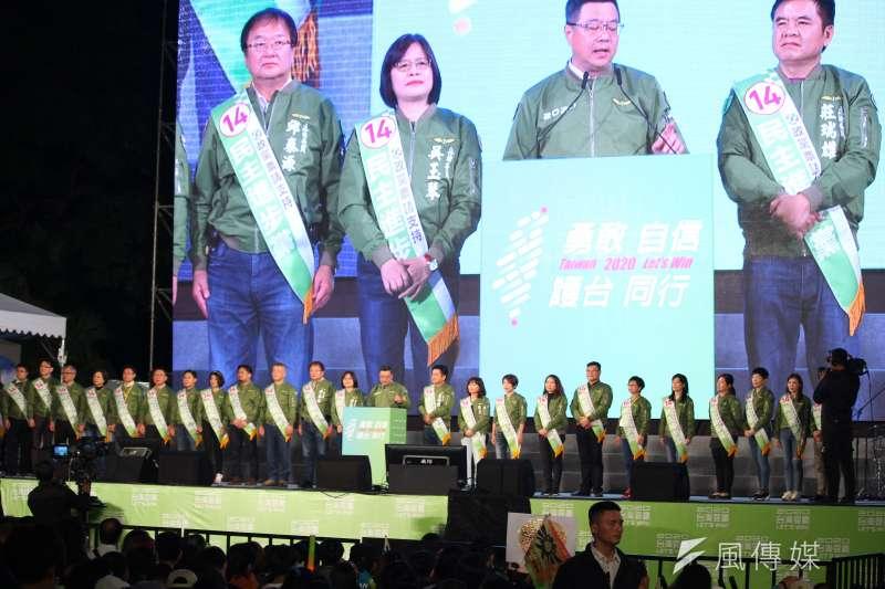 20200110-選前之夜,民進黨在凱道舉辦晚會,主席卓榮泰(中)與不分區參選人與大家見面。(蔡親傑攝)