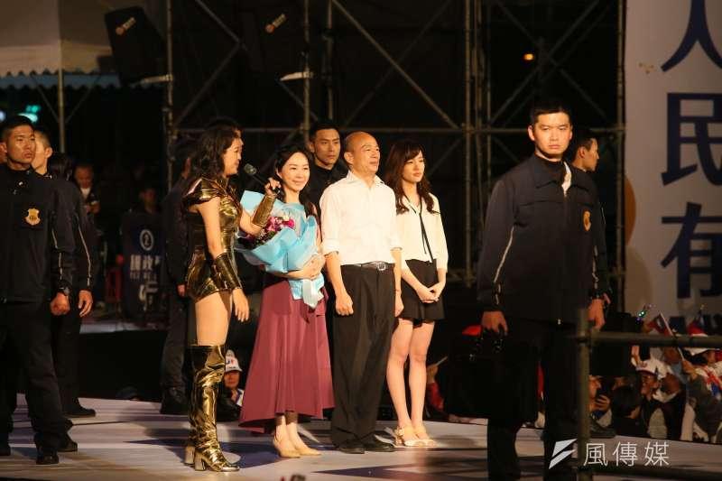 20200110-國民黨總統候選人韓國瑜(右二)、太太李佳芬(左二)以及女兒韓冰(右一)一家人在選前之夜合體。(柯承惠攝)