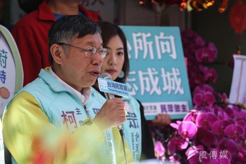 台灣民眾黨主席柯文哲(左)10日偕同立委候選人李旻蔚與黃瀞瑩三重車隊掃街,表示李旻蔚有機會當選,當然全力來輔選。(陳品佑攝)