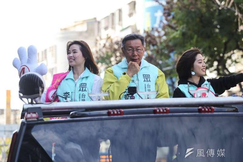 台灣民眾黨主席柯文哲(中)偕同立委參選人李旻蔚(左)與黃瀞瑩(右)於選前最後一天在三重車隊掃街。(陳品佑攝)