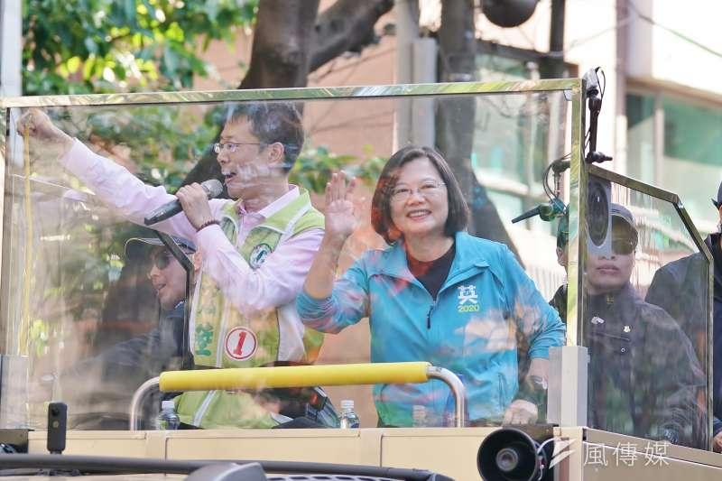 2020大選前夕,總統蔡英文(右)10日除進行車隊掃街外,不忘在臉書發文呼籲選民集中選票。(資料照,盧逸峰攝)