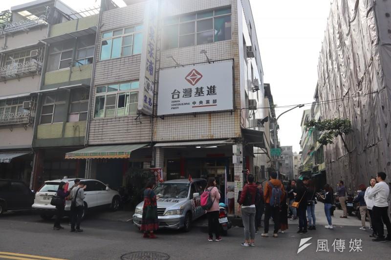 2020年1月10日,香港觀選旅行團在高雄走訪台灣基進黨黨部。(蔡娪嫣攝)