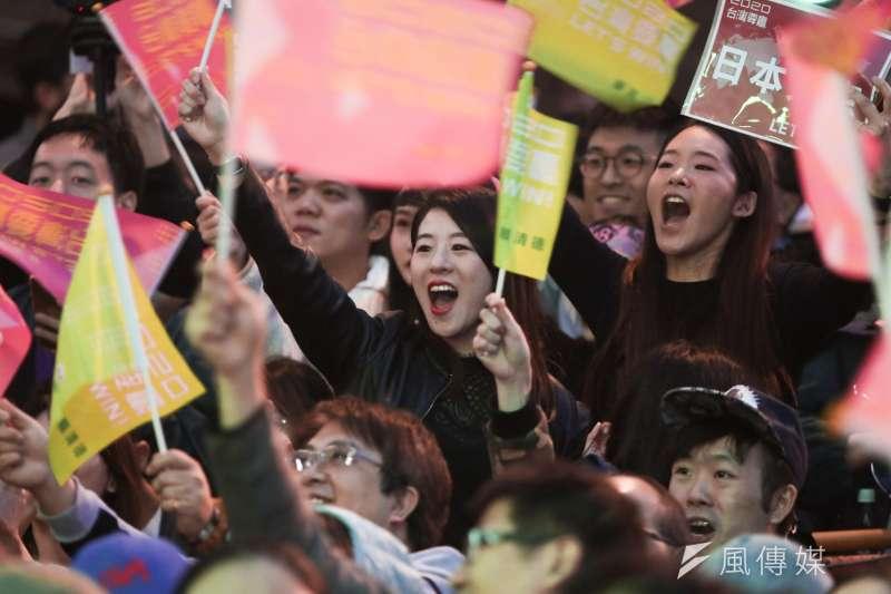 素有「選戰章魚哥」之稱的台北市士林區天玉里得票率受關注,晚間得票數出爐,總統候選人3號蔡英文、賴清德獲得3038張票勝出。圖為民進黨競選總部開票之夜。(簡必丞攝)