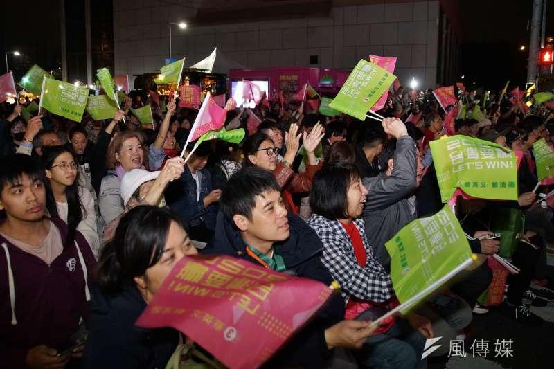 蔡英文競選總部開票現場,湧入許多年輕人搖旗吶喊。(盧逸峰攝)