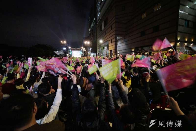在日本人看來,台灣大型選舉造勢晚會動輒幾萬人,很像他們熟悉的戶外搖滾音樂祭,現場氣氛甚至更勝一籌。(盧逸峰攝)