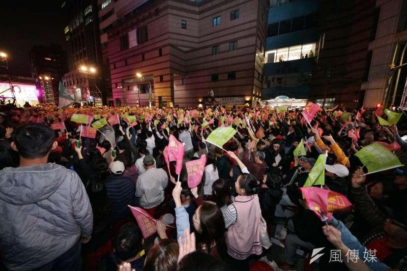 蔡英文競選總部開票現場,湧入許多支持者搖旗吶喊。(盧逸峰攝)
