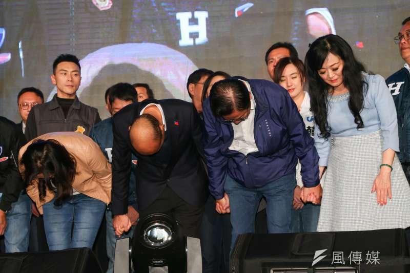 韓國瑜、張善政11日至競選總部現場向民眾致意。(顏麟宇攝)