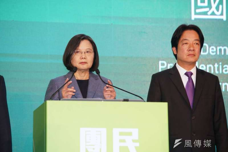 20200111-總統蔡英文(右)在國際記者會上致詞。(盧逸峰攝)
