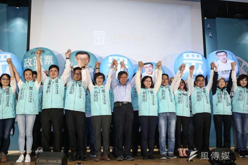 20200111-台灣民眾黨開票之夜活動,由黨主席柯文哲帶領民眾黨立委參選人鞠躬謝票。(陳品佑攝)