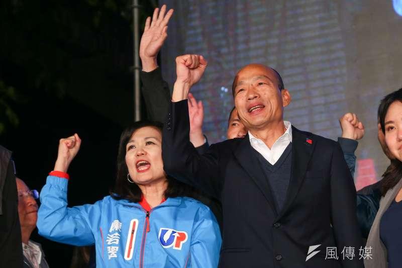 高雄市長韓國瑜(右)在總統大選落敗後,結束輔選行程,於19日在臉書貼出與特勤人員的合照表達感謝,卻遭媒體報導有國安人員認為此舉不妥,引發討論。(資料照,顏麟宇攝)