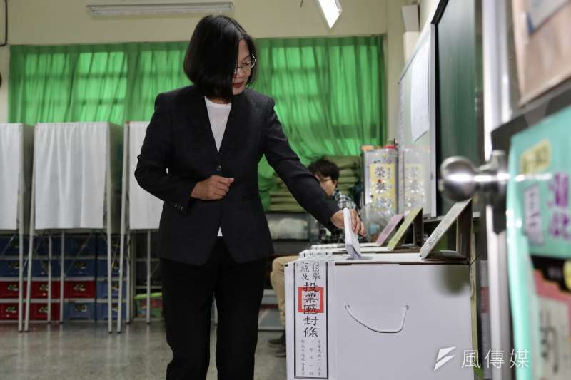 民進黨總統候選人蔡英文11日至投票所投票。(台北市攝影記者聯誼會提供)