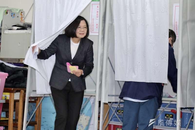 作者指出,總統蔡英文(見圖)已連任一國之君,責任是要領導全民衝破上述業障,這不能再用選前的意識形態策略。(資料照,台北市攝影記者聯誼會提供)