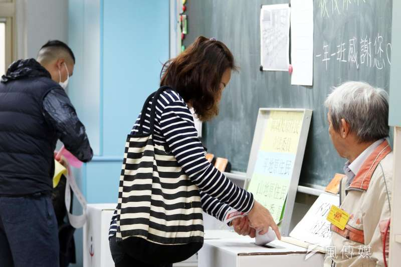此次選舉,藍、綠兩大黨的政黨票都只拿到三分之一左右,合計67.34%,是2008年有政黨票選制以來的最低點,反應台灣社會對於兩大黨的強烈不滿;而無論民眾黨或時代力量,所獲席次都談不上對執政黨有什麼制衡功能,更遑論扮演關鍵少數的角色,民進黨仍完全執政。(示意圖,蘇仲泓攝)