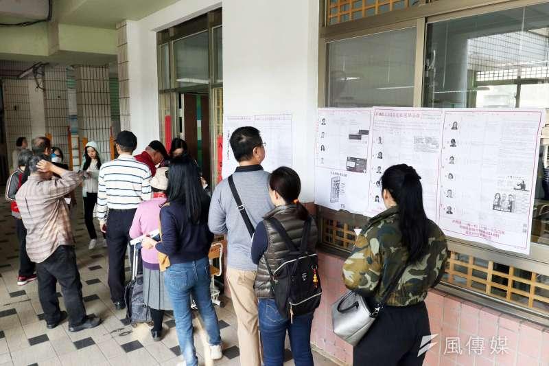 根據台灣民意基金會20日公布的民調顯示,20歲以上的成年人中,有48%是綠營認同者,藍營認同者則只有22%。圖為2020大選時的投票人潮。(資料照,蘇仲泓攝)