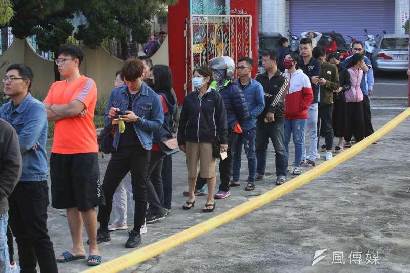 台灣民意基金會調查台灣人的政黨認同,結果發現,大選過後,藍綠基本盤的差距已達到25個百分點。圖為2020大選時的投票人潮。(資料照,柯承惠攝)