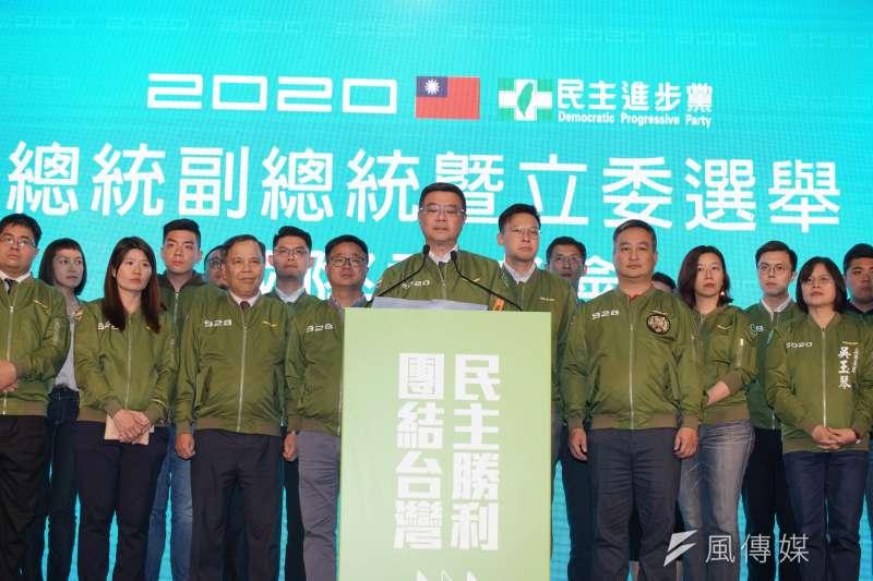 民進黨主席卓榮泰(中)在11日國際記者會上向黨內喊話,要戰戰兢兢迎接未來4年。(盧逸峰攝)
