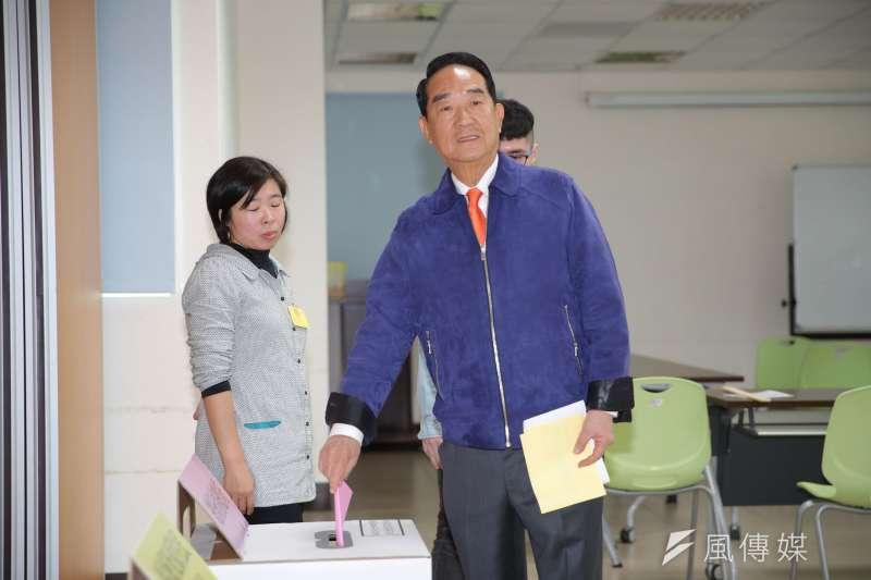 親民黨總統候選人宋楚瑜11日至投票所投票。(親民黨提供)