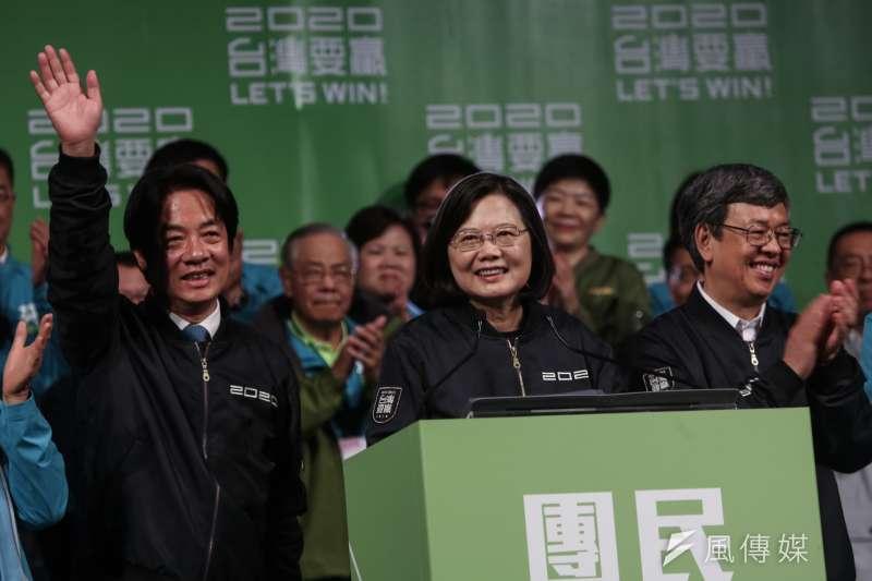 2020總統大選,中選會於11日晚間10時33分完成所有開票作業,宣布由民進黨總統候選人蔡英文(中)當選。(簡必丞攝)