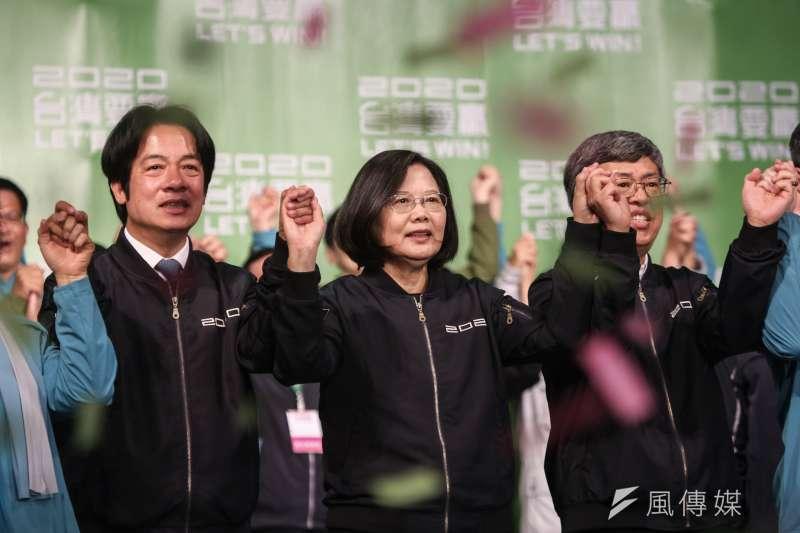 2020總統大選11日晚間落幕,總統蔡英文(中)拿下超過817萬票大勝對手國民黨總統候選人韓國瑜,更一舉創下「蔡英文障礙」,奪下歷史性勝利。(簡必丞攝)