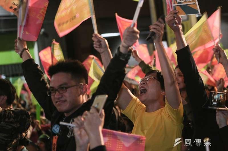 民進黨黨部開票之夜,支持者為勝利歡呼。(簡必丞攝)