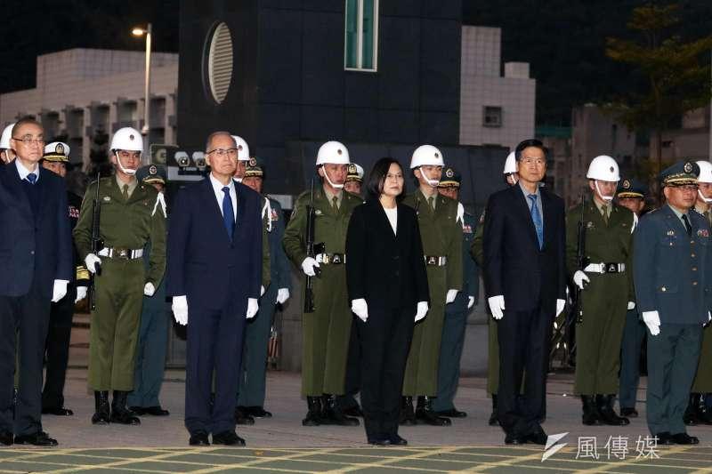 黑鷹將士移柩車隊自三總出發,總統蔡英文在國防部門口向車隊致意。(資料照,蘇仲泓攝)