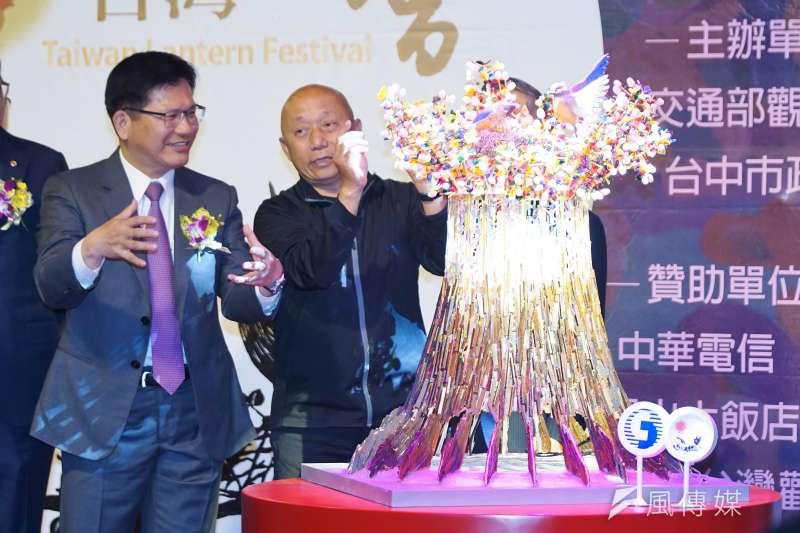 20200113-交通部觀光局13日舉行「2020台灣燈會」主燈暨小提燈造型發表記者會,主燈「森生守護-光之樹」亮相,部長林佳龍駐足觀賞。(盧逸峰攝)
